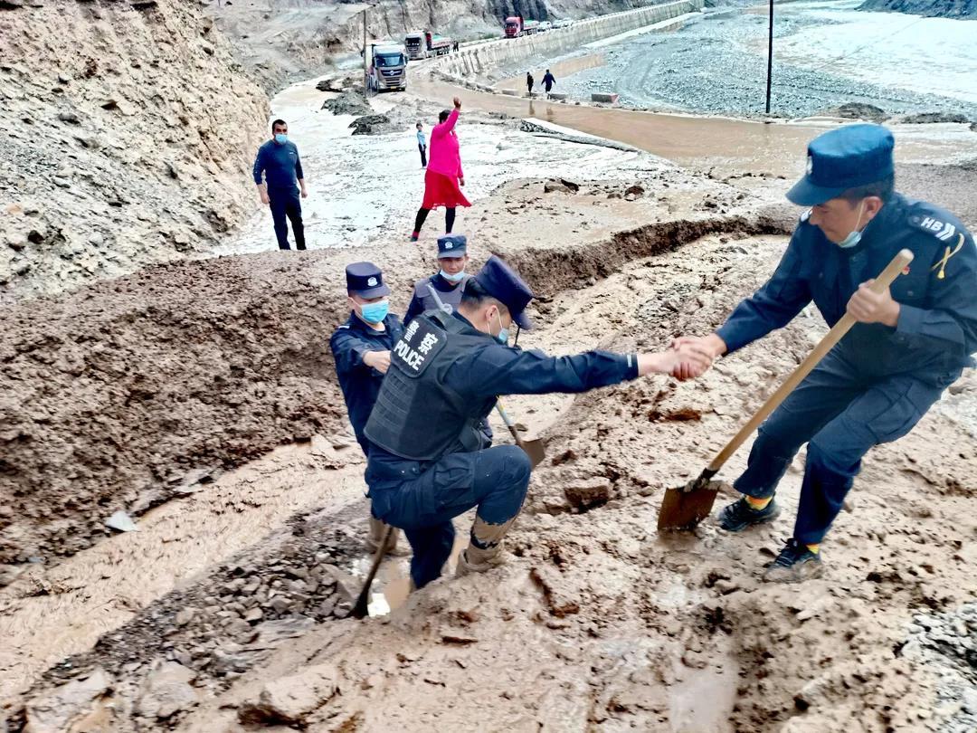 皮卡车深陷泥石流 民警火速救援解困